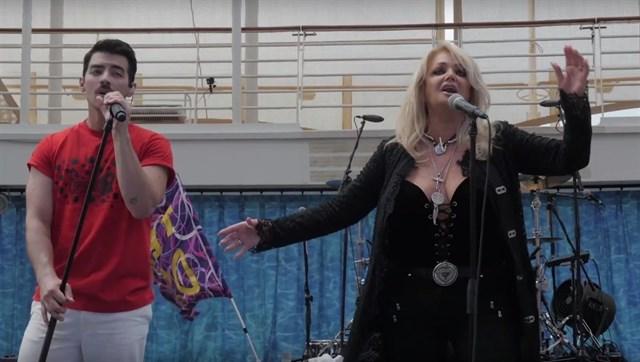 """Bonnie Tyler canta """"Total Eclipse"""" a bordo de un crucero"""